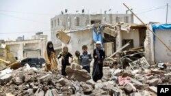 Các em nhỏ đứng trên đống đổ nát ở Sanaa, Yemen, ngày 18/5/2015.