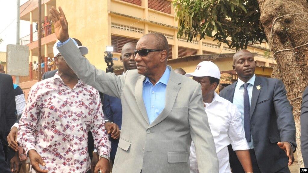 Le président Alpha Condé de Guinée salue de la main à Conakry, 4 fébrier 2018.