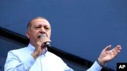Shugaban TurkiyyaRecep Tayyip Erdogan wajen fafutikar neman kuri'a a zaben da za'a yi wannan watan