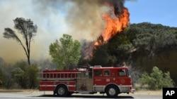 Las llamas se elevan cerca de Clearlake, California, donde miles han sido evacuados.