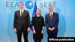 Predsednici Srbije i Kosova, Aleksandar Vučić i Hašim Tači, sa visokom predstavnicom EU Federikom Mogerini (arhivski snimak)