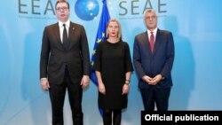 Arhiva - Predsednici Srbije i Kosova, Aleksandar Vučić i Hašim Tači, zajedno sa visokom predstavnicom EU za spoljne poslove i bezbednost Federikom Mogerini.