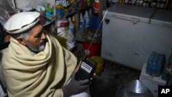 جلال آباد میں ایک شخص داعش کی نشریات سن رہا ہے۔
