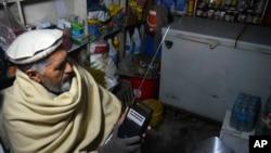 一名阿富汗人較早前展示如何收聽伊斯蘭國組織的廣播