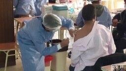 Un hombre se coloca la vacuna contra el COVID-19 en un centro en Cochabamba, Bolivia, el 22 de septiembre de 2021. [Foto: VOA/Fabiola Chambi]