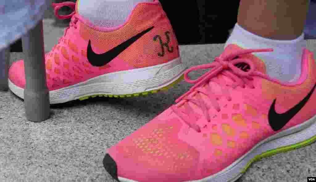 纪念爱女的粉红球鞋(美国之音国符拍摄)
