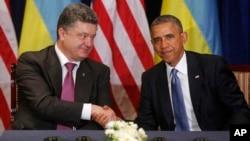 U.S. President Barack Obama, right, shakes hands with Ukraine president-elect Petro Poroshenko in Warsaw, Poland, June 4, 2014.