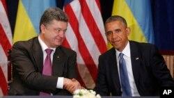 Tổng thống Mỹ Barack Obama (phải), bắt tay tổng thống tân cử Ukraine Petro Poroshenko ở Warsaw, Ba Lan, 4/6/2014.