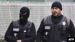 Французька поліція біля будинку, в якому перебуває озброєний нападник