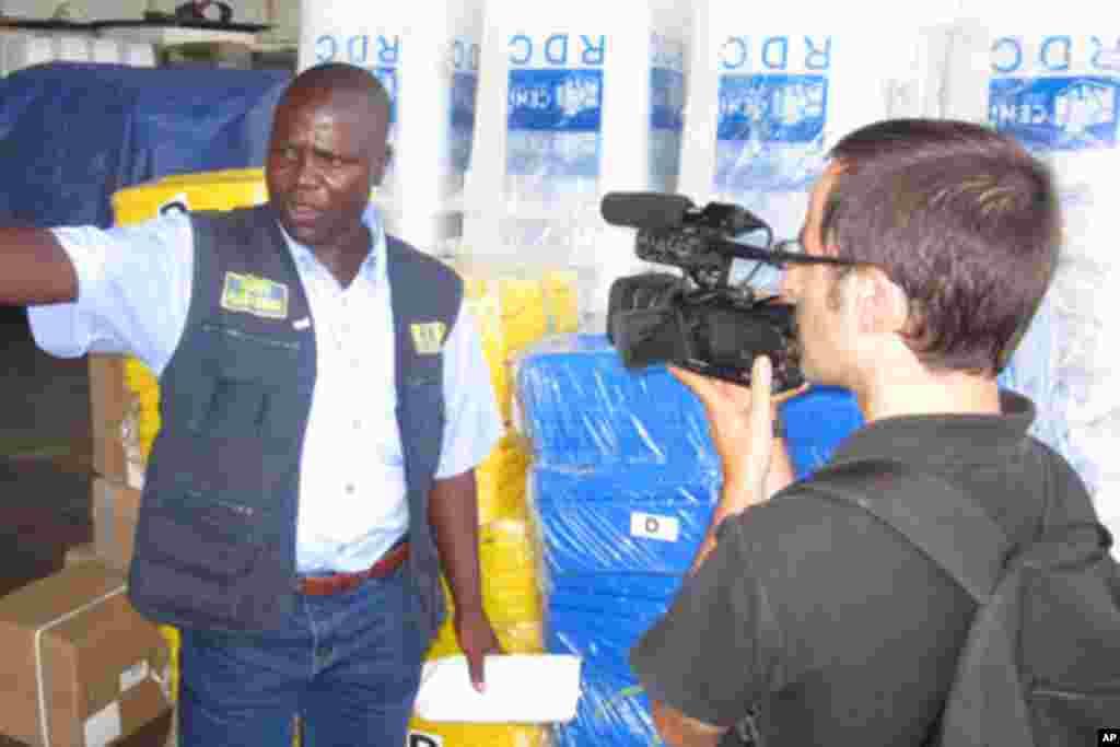 Un agent de la CENI à Lubumbashi, en RDC, fournit des explications à Nicolas Pinault (November 2011)