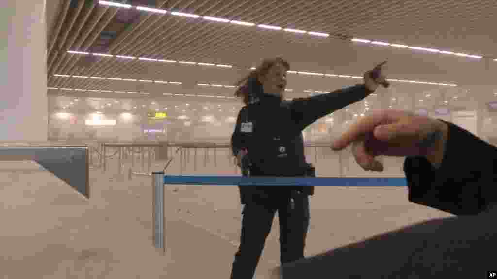 Evacuation d'un terminal à l'aéroport de Bruxelles, le 22 mars 2016.