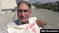 محمد نوریزاد فعال سیاسی و منتقد حکومت ایران پس از آزادی از بازداشت یک روزه - ۲۰ مهر ۱۳۹۳