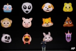 El vicepresidente senior de mercadeo global de Apple, Phil Schiller, anuncia los animojis del nuevo iPhone X. Sept. 12, 2017