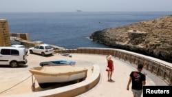 Turis di Zurrieq Valley, Malta 24 Juni 2021. (REUTERS/Darrin Zammit Lupi). Malta diperkirakan akan menjadi salah satu negara yang ditambahkan ke daftar 'hijau' di mana wisatawan Inggris dapat berkunjung tanpa perlu dikarantina setelah kembali dari liburan.