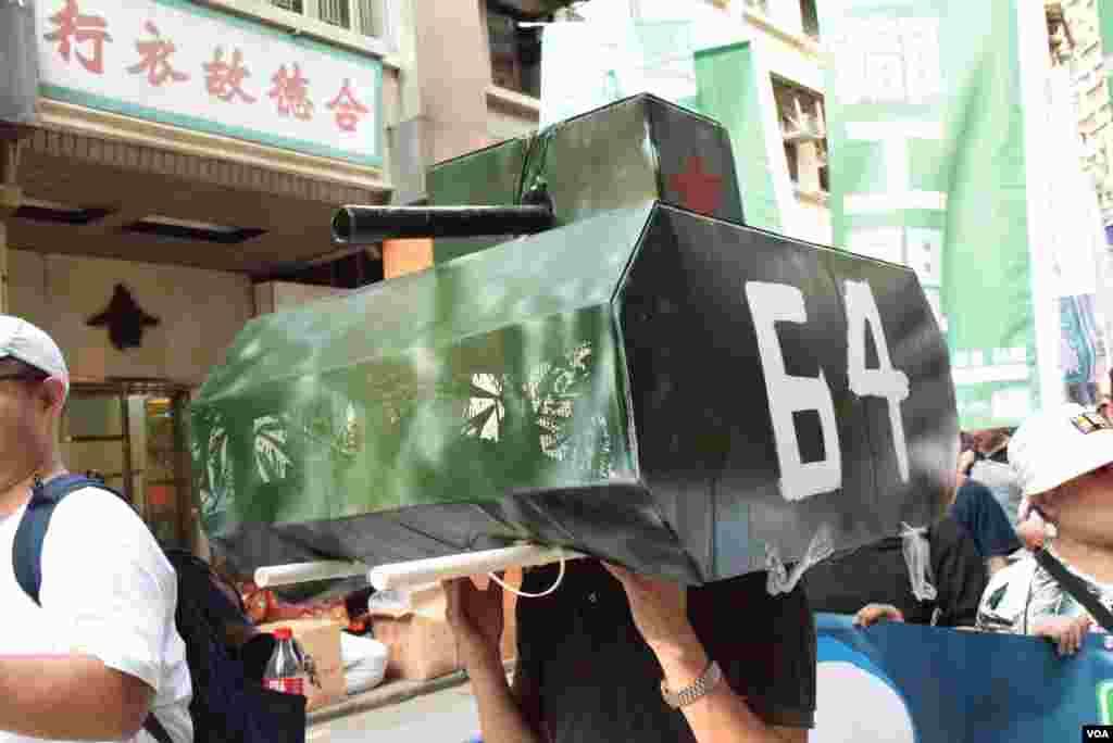 遊行人士製作坦克道具。(美國之音湯惠芸)