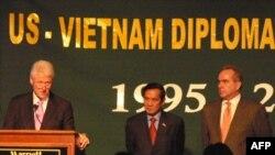 Cựu Tổng thống Bill Clinton, Ðại sứ Lê Công Phụng và Trợ lý Ngoại trưởng Kurt Campbell tại buổi lễ kỷ niệm 15 năm bình thường hóa quan hệ Mỹ - Việt.
