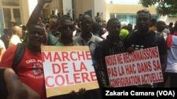 """Les journalistes et les acteurs de la presse lors de la """"marche de la colère"""" à Conakry, Guinée, le 7 novembre 2017. (VOA/Zakaria Camara)"""
