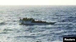 Một trong những chiếc thuyền nhỏ chở người tìm đường tị nạn. Bức ảnh chụp trước khi chiếc thuyền bị đắm gần đảo Christmas, 27/6/2912