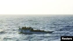 Foto kapal pencari suaka yang memasuki lepas Pantai Australia sebelum terguling hari Selasa (27/6). 123 orang pencari suaka berhasil diselamatkan.