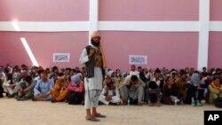在加茲尼市,一名塔利班武裝人員看守著投降的阿富汗安全部隊成員。 (2021年8月13日)