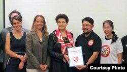 Đại diện Mạng lưới Blogger Việt Nam trao Tuyên bố 258 cho bà Veronique Arnault, đại diện Phái đoàn EU sang dự Đối thoại Nhân quyền 2013 với Việt Nam.
