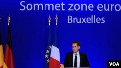 Presiden Perancis Nicolas Sarkozy memberikan keterangan seusai pertemuan Zona Euro di Brussels, Kamis (27/10).