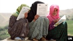 گزشتہ 20 سال میں افغانستان میں سکول جانے والی لڑکیوں کی تعداد میں دو گنا اضافہ ہوا ہے۔