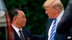 Президент Трамп з представником КНДР Кім Йонг Чолом