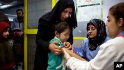 Вакцинація сирійської дівчинки у центрі для біженців у Лівані