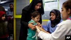 Nhân viên y tế cua UNICEF chích ngửa cho trẻ trong trại tị nạn ở Libăng
