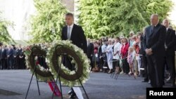 Norway's King Harald (R) and Prime Minister Jens Stoltenberg attend a wreath laying ceremony during a ceremony to mark the one year anniversary of the twin Oslo-Utoeya massacre in Oslo, July 22, 2012.