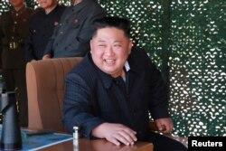 Kim Jong Un, líder de Corea del Norte, es visto cuando surpevisaba un ensayo militar con lanzamiento de misiles el 10 de mayo de 2019. Foto proporcionada por la agencia central de noticias coreana, KCNA.
