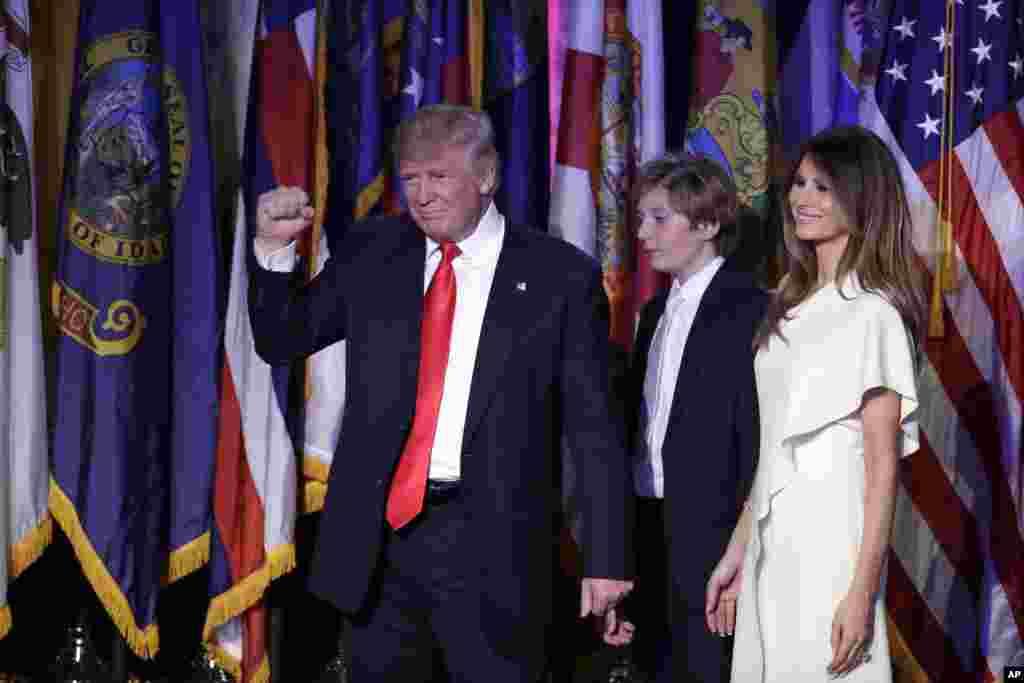 Prezidan eli Donald Trump ak Melania madanm li ak pitit gason li Barron Trump nan dimanch maten, 9 novanm 2016, nan New York apre li te fin fè diskou viktwa li a.
