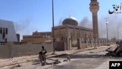 Imágen tomada de video colgado por la agencia de noticias Aamaq de una calle en Ramadi.