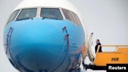 امریکی وزیر خارجہ ہنوئی سربراہ ملاقات کے بعد واپسی کے لیے طیارے میں سوار ہو رہے ہیں۔ 28 فروری 2019