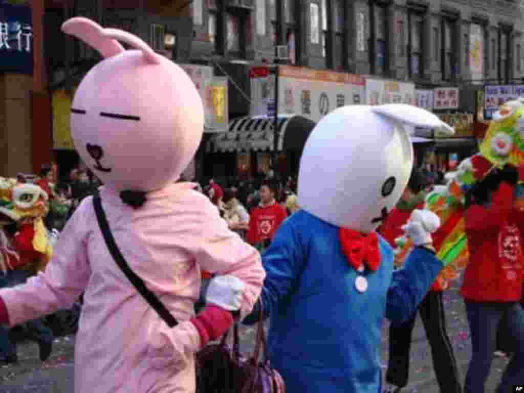 兔年吉祥物向民眾拜年