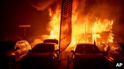 Lửa thiêu rụi một nơi bán xe ôtô ở California hôm 8/11.