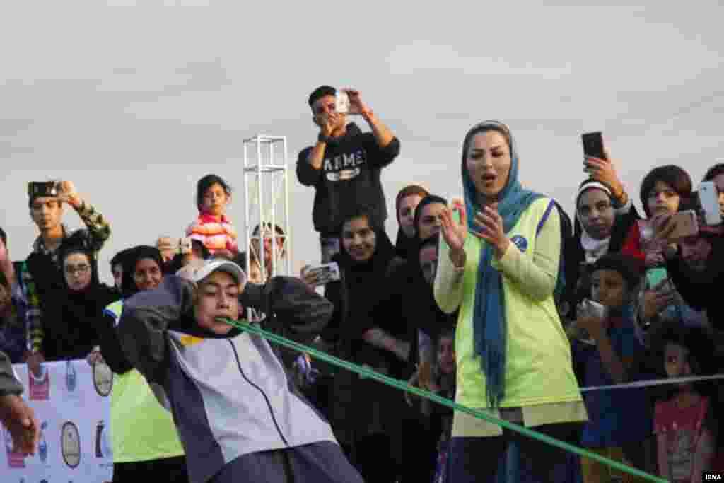 جابجایی سه خودرو با دندان، توسط دختر ۱۶ ساله اهوازی عکس: علی محمدی