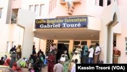 Grève devant le CHU Gabriel Touré à Bamako, le 27 juillet 2019. (VOA/Kassim Traoré)