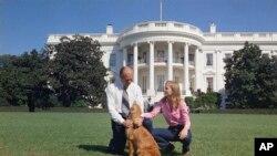 Президент Форд з дочкою Сьюзен та собакою Ліберті на галявині Білого дому, 7 жовтня 1974 року
