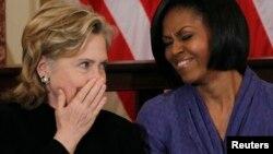 La candidate démocrate Hillary Clinton et la Première dame Michelle Obama ont un fou rire ensemble à Washington, le 10 mars 2010.