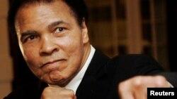 L'ancien boxeur américain Muhammad Ali lors de la cérémonie Crystal Award du Forum économique mondial ( WEF) à Davos , Suisse ,28 Janvier 2006. REUTERS/Andreas Meier - RTXYWIU