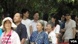 游客在日月潭排队拍照