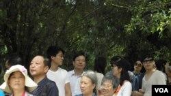 遊客在日月潭排隊拍照