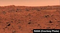 Gambar berwarna pertama Planet Mars yang diambil oleh pesawat antariksa Viking 1 pada 21 Juli 1976. Gambar asli salah kalibrasi hingga menampakkan langit biru. Seharusnya langit Mars berwarna merah. Gambar yang sudah dikalibrasi secara benar dirilis 26 Juli 1976.
