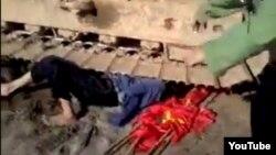 Đoạn video clip gây xôn xao dư luận cho thấy nạn nhân nằm dưới bánh của máy xúc.