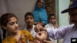 2014年5月6日一名巴基斯坦醫護人員為兒童服用預防小兒麻痹疫苗。