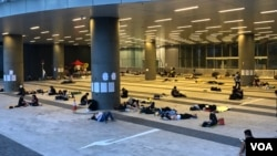 香港時間6月21日清晨5:30左右,升級行動前,立法會示威區有數十人通宵留守。(美國之音湯惠芸)