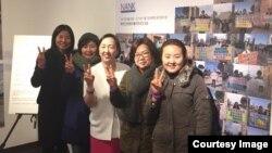 북한인권법 통과를 위한 모임, NANK가 주최하는 북한인권법 제정을 위한 100일 캠페인 사진전이 오는 15일까지 인사동 통인갤러리에서 진행된다. NANK 스탭들이 사진전에서 포즈를 취하고 있다. 왼쪽 세번째가 NANK의 인지연 대표. 사진 제공= NANK.