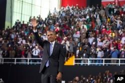 Presiden Barack Obama melambaikan tangan ke arah hadirin setelah berpidato di Arena Safaricom (26/7) di Nairobi.
